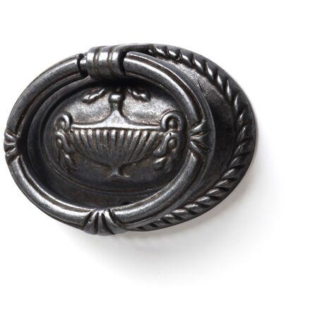 Anilla en placa de estilo vintage, fabricada en zamak, con acabado plata vieja y 62 mm de diámetro.