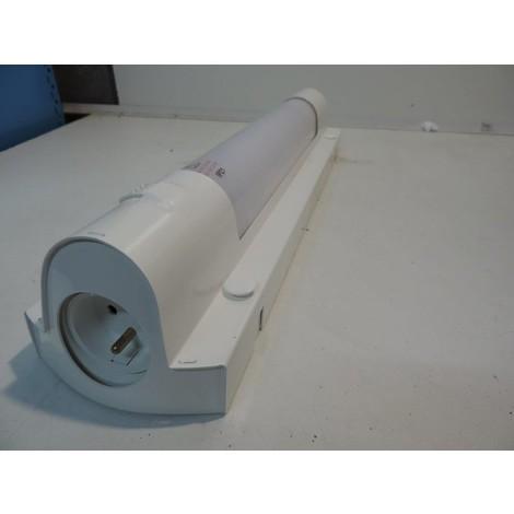 Applique SDB antivandale blanche avec inter et prise 2P+T 474X105mm lampe fluo 11W 2G7 AV-PRISMALINE-INTE-PC-11W SARLAM 191907