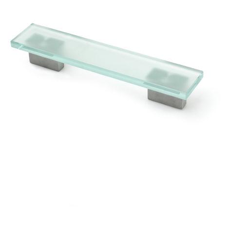 Asa de estilo contemporáneo funcional, fabricada en aluminio, con acabado cristal mate y 128 mm de distancia entre puntos.