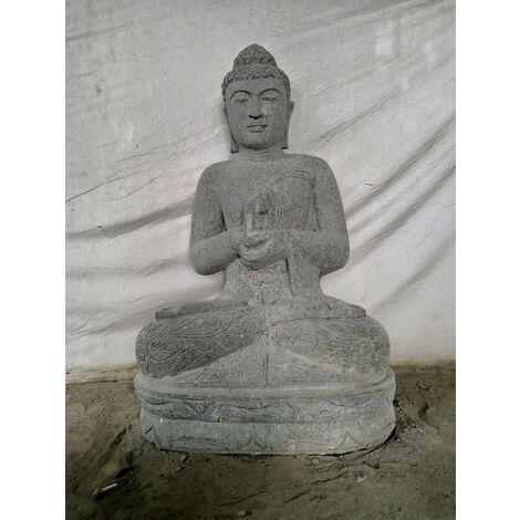 Buda exterior zen de piedra volcánica posición meditacion