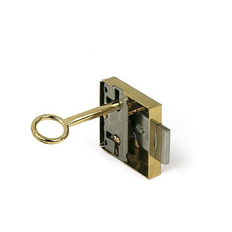 Cerradura con llave para puerta, fabricada en acero y con acabado latonado. Ref. 206A.30
