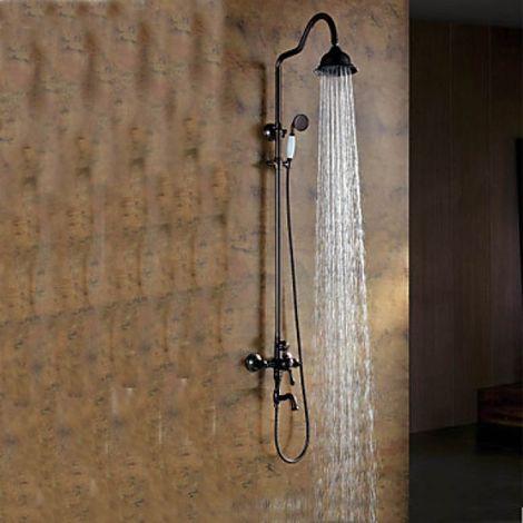 Ducha y bañera de estilo antiguo con ducha de lluvia y ducha de mano