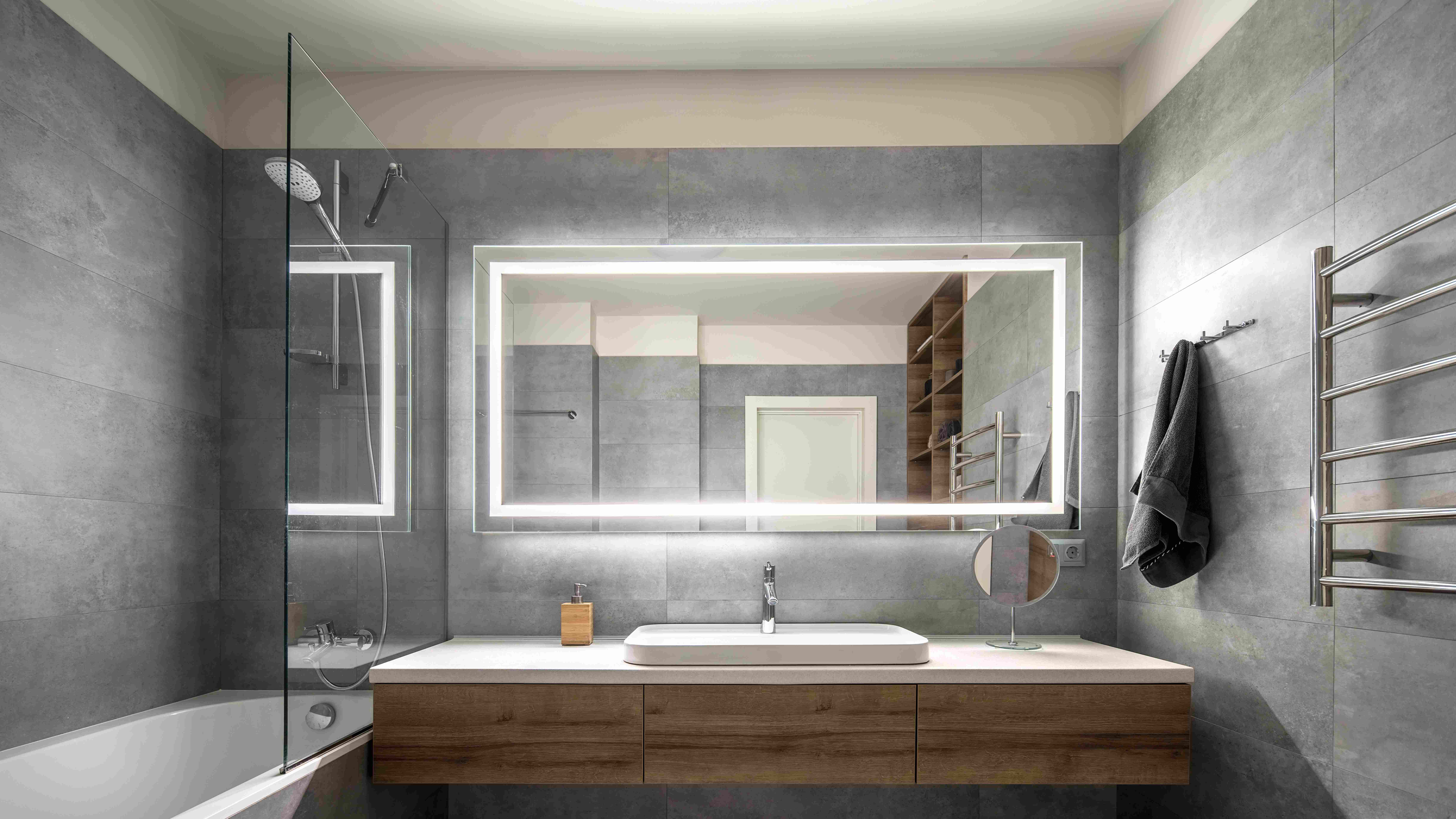 Comment poser  un miroir éclairant de salle de bain
