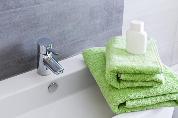 Comment poser un lavabo suspendu