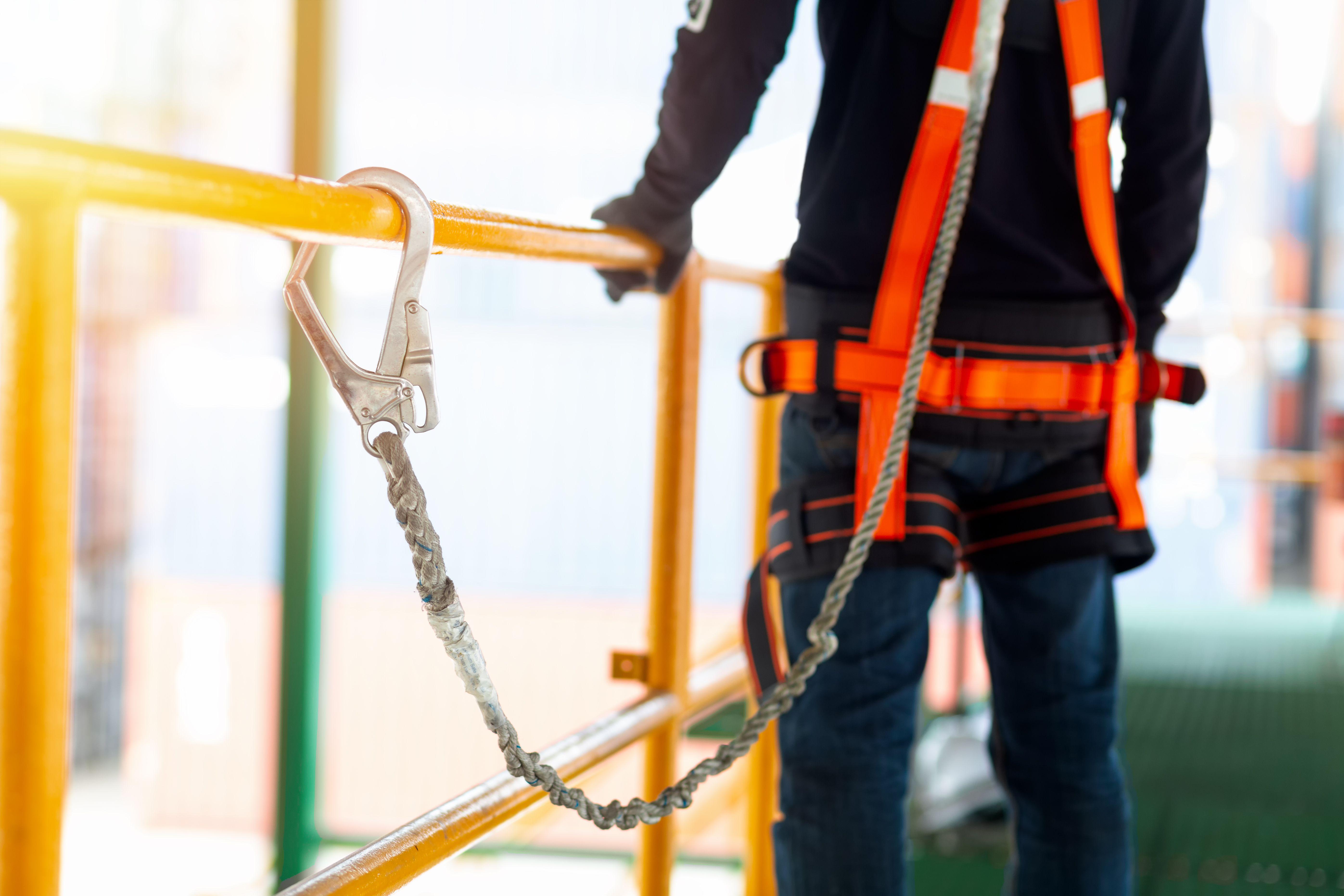 Comment travailler sur un toit en sécurité :  loi, échafaudages, équipements anti-chute