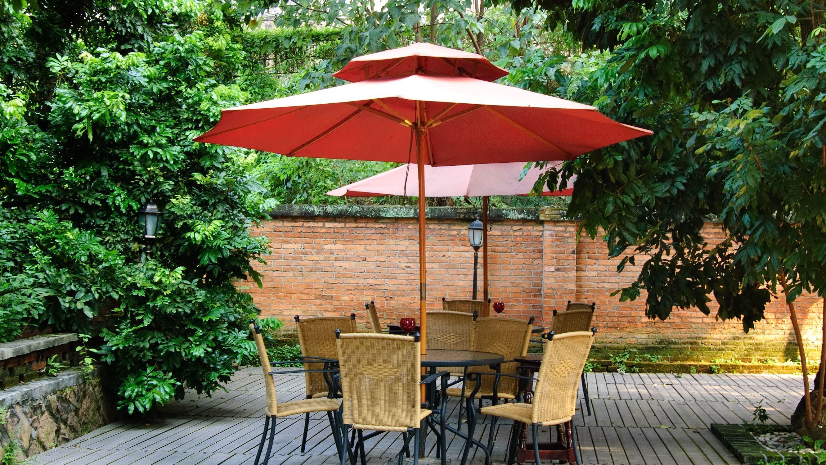 Parasol ou tonnelle : que choisir pour avoir de l'ombre aux beaux jours