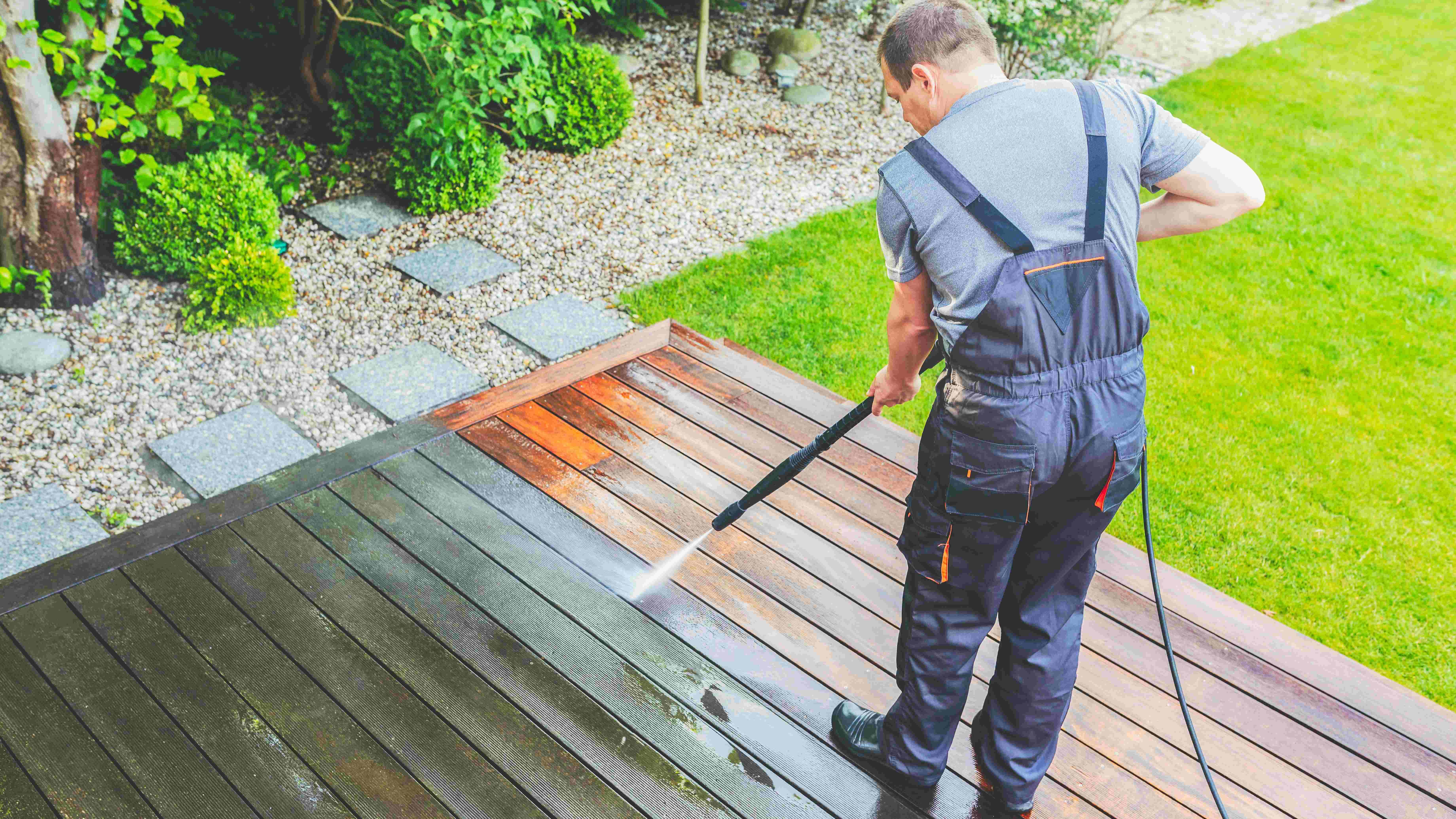 So reinigen Sie Ihre Terrasse