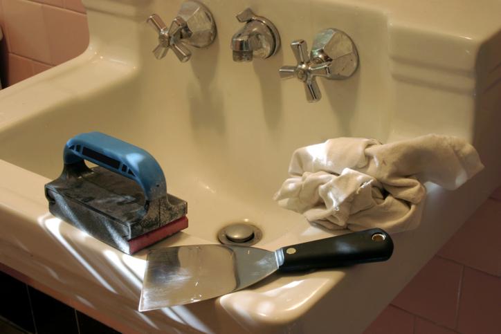 Einen Riss im Waschbecken reparieren: So geht's