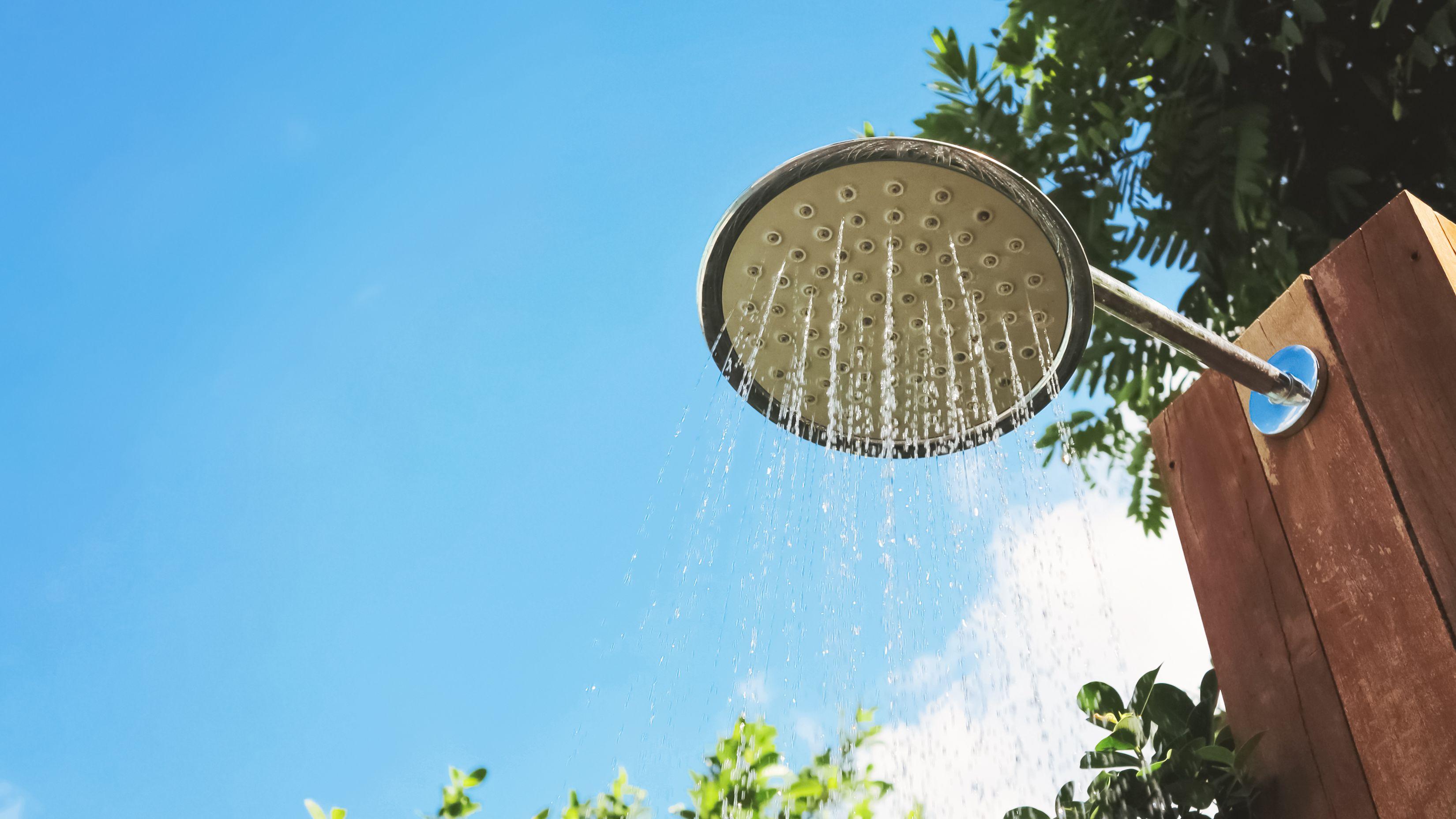 Cómo elegir una ducha de jardín