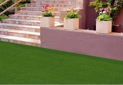 Cómo instalar césped artificial en terrazas y patios