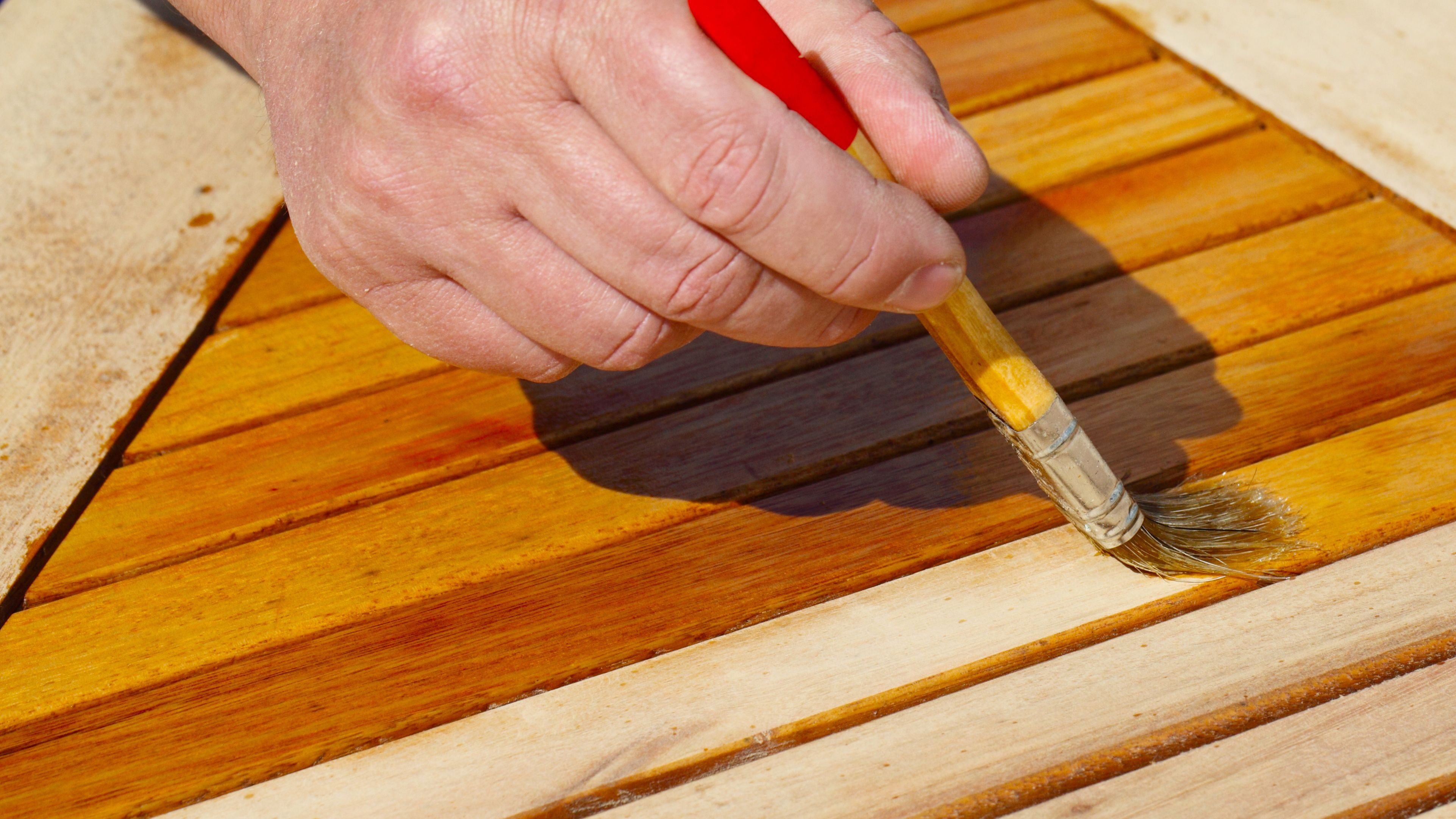 Gartenmöbel aus Teakholz oder Eukalyptus pflegen: So geht's