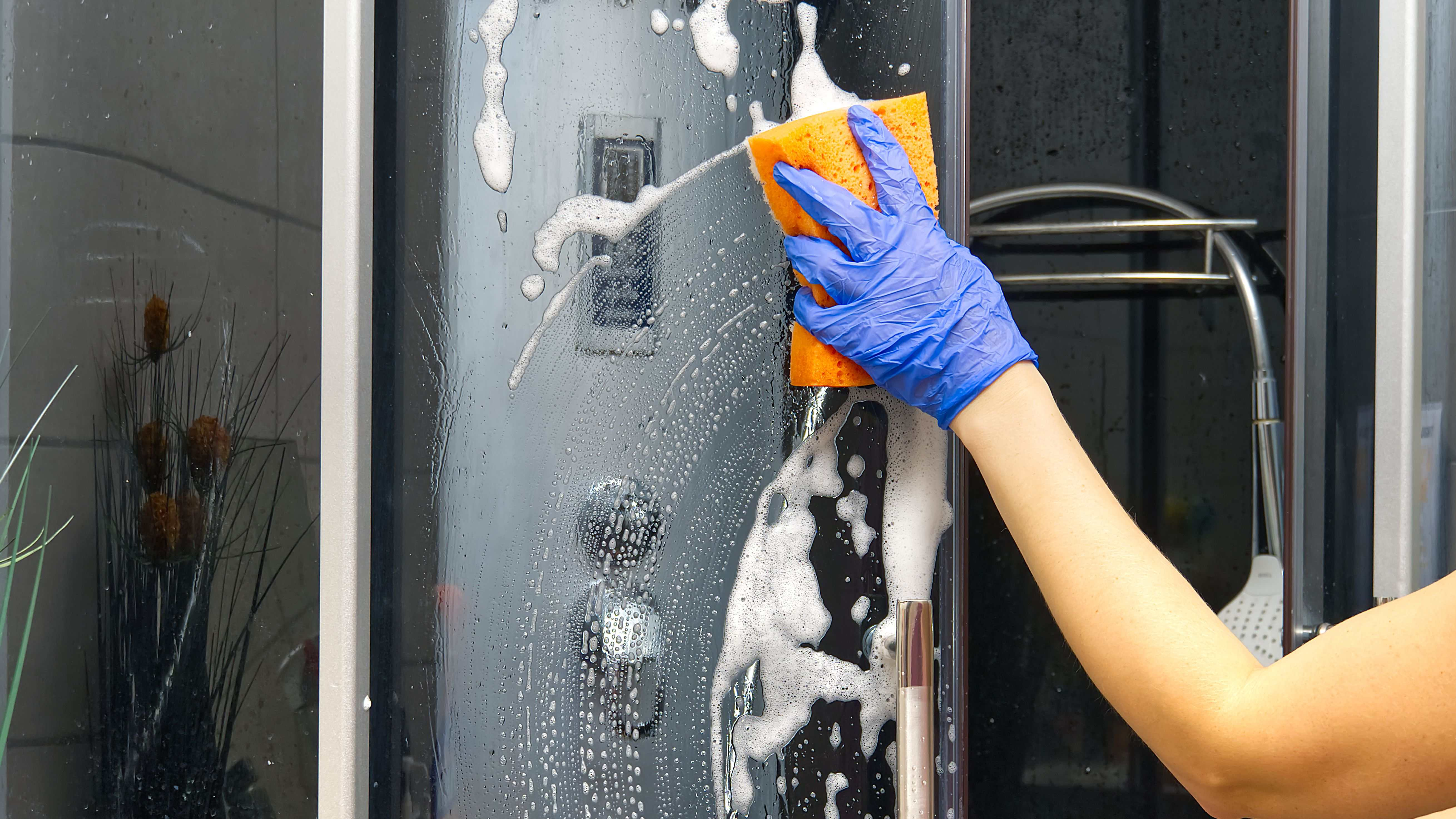 Come rimuovere il calcare dalle pareti della doccia