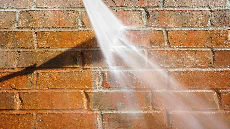 ¿Cómo limpiar una fachada con una hidrolimpiadora?