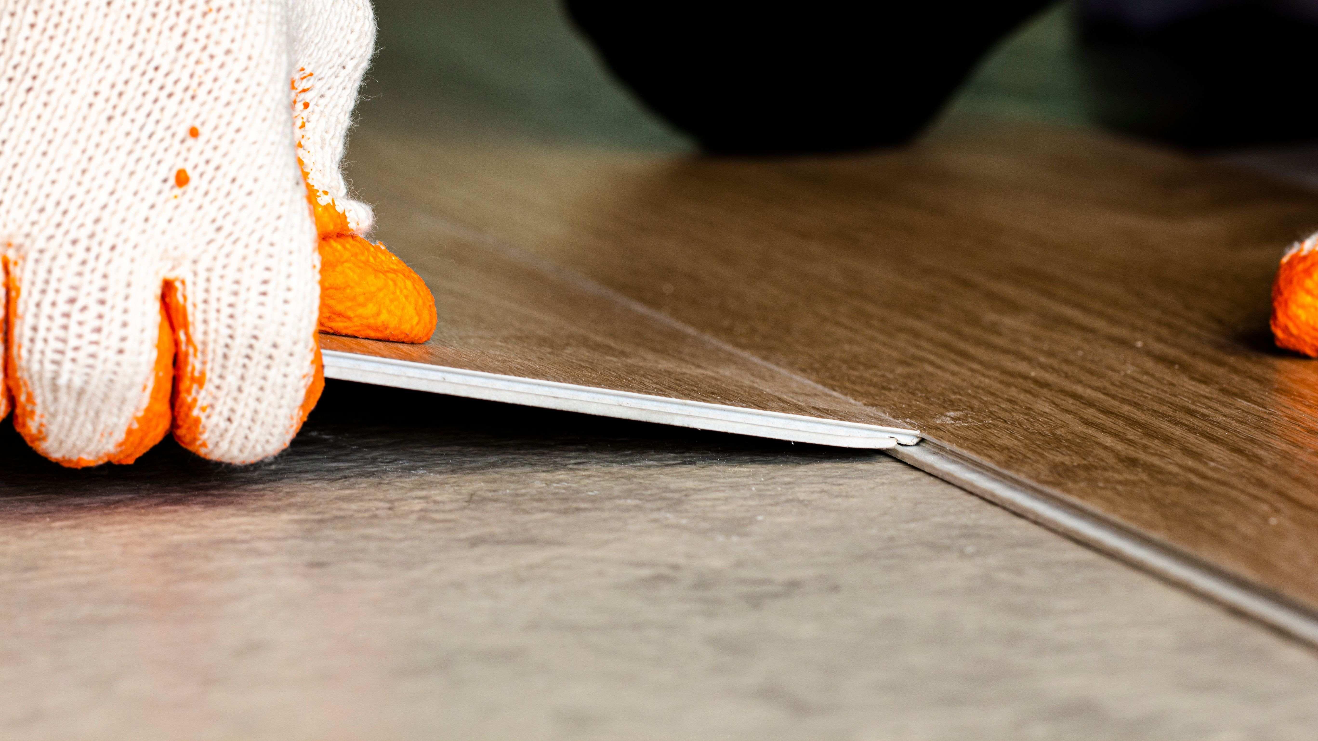 Comment poser des dalles PVC dans une salle de bains