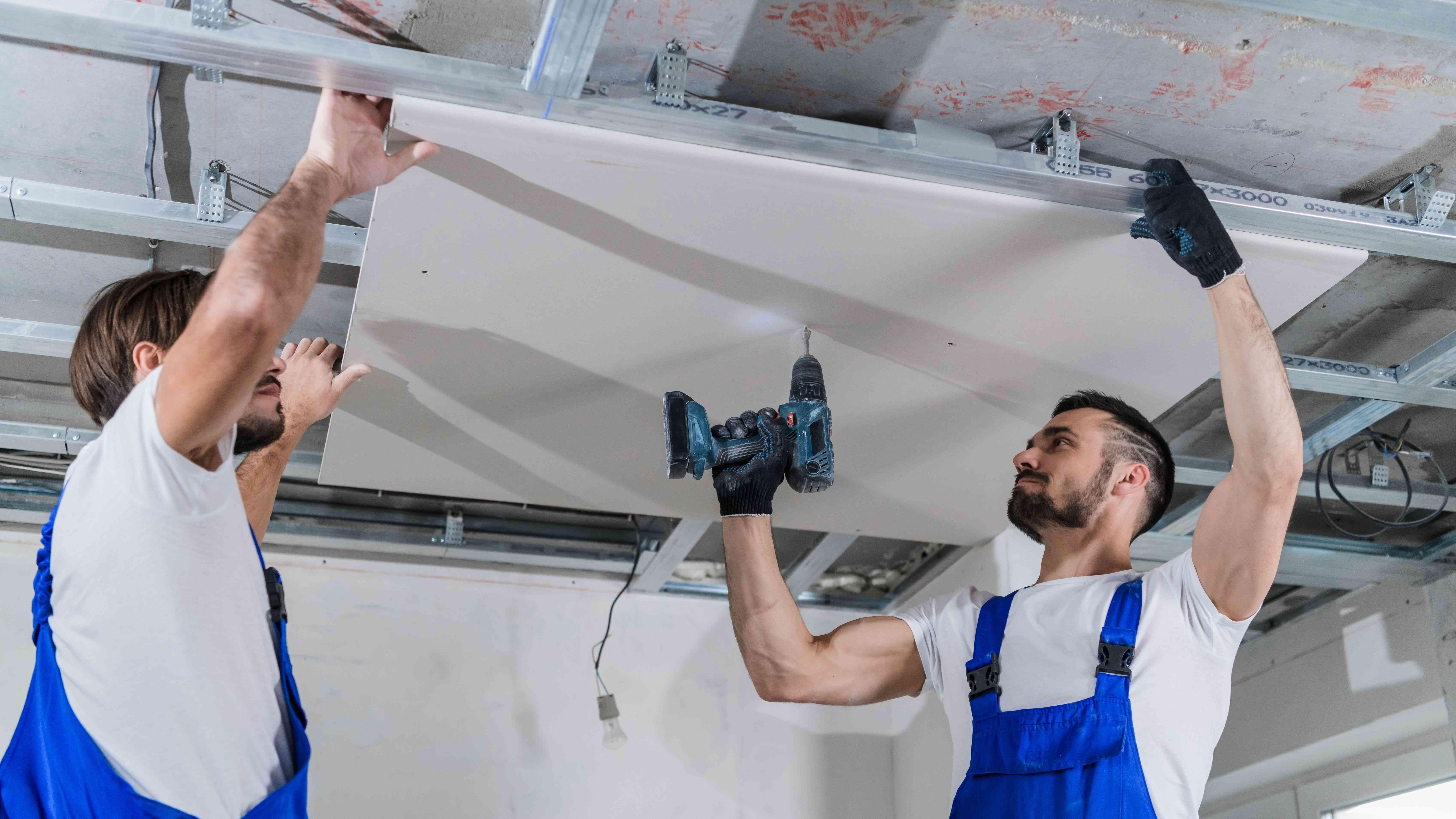 Comment poser un faux plafond sur ossature métallique