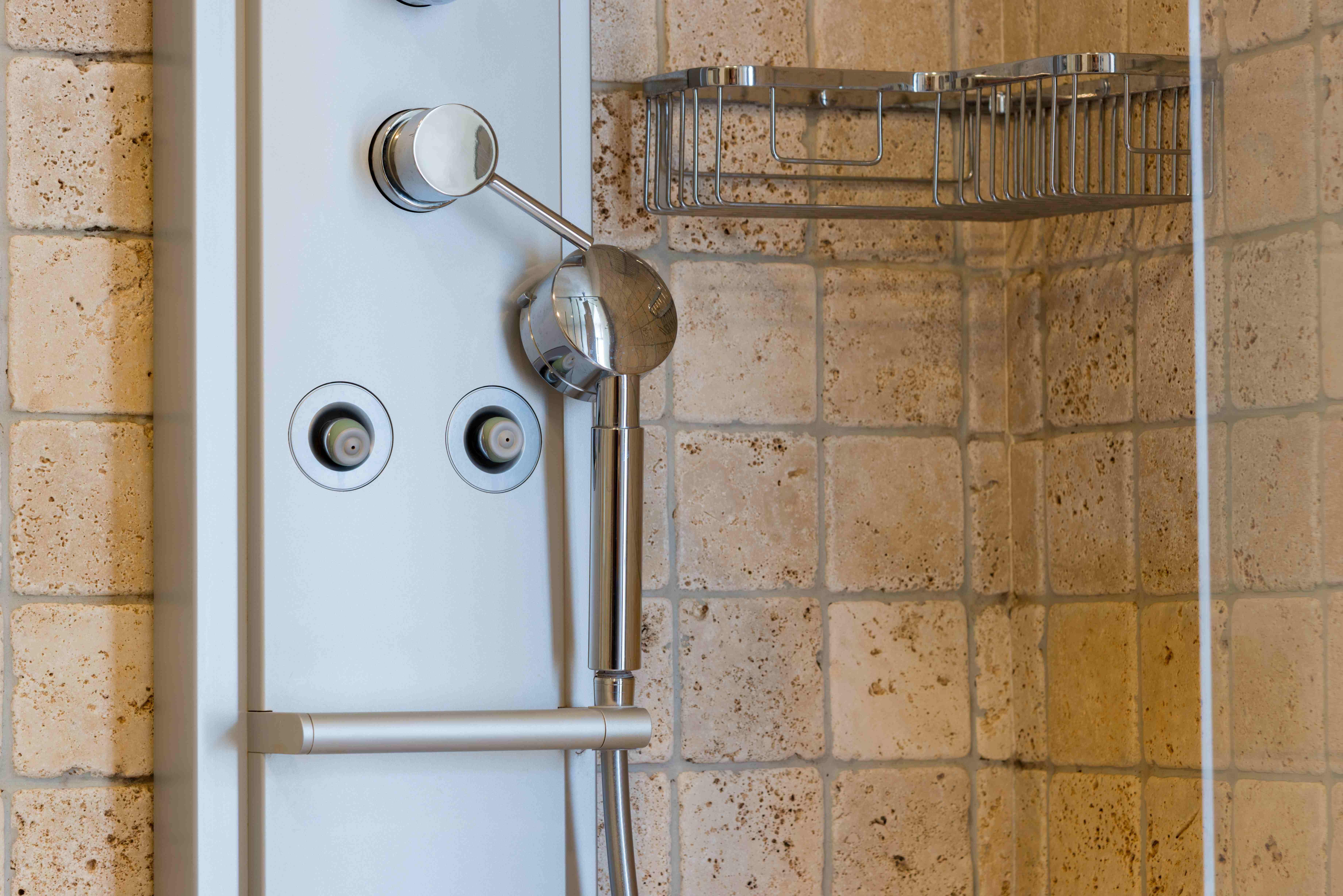 Zoom sur  la colonne de douche hydromassante