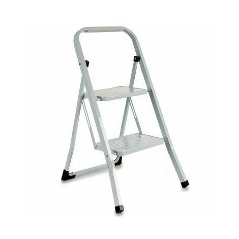 Escalera metálica blanca plegable con 2 peldaños anchos, con apoyabrazos. Tacos antideslizantes. Capacidad de carga 150kg