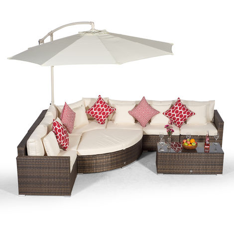 Giardino Santorini 6 Seat Brown Rattan Corner Sofa Set + Ottoman, Parasol + Outdoor Furniture Cover | L Shaped Outdoor Corner Sofa | 9 piece Patio Poly Rattan Garden Sofa Set with Sun Lounger & Daybed