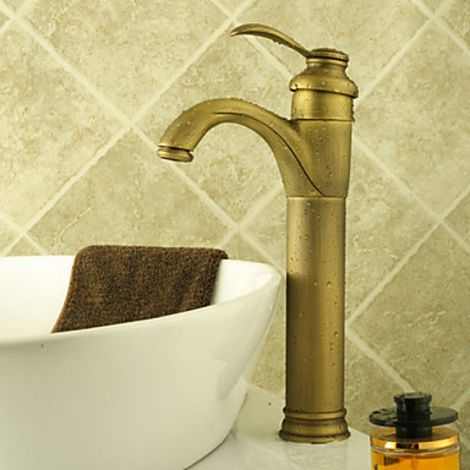 Grifo para lavabo, acabado de latón para un estilo clásico.