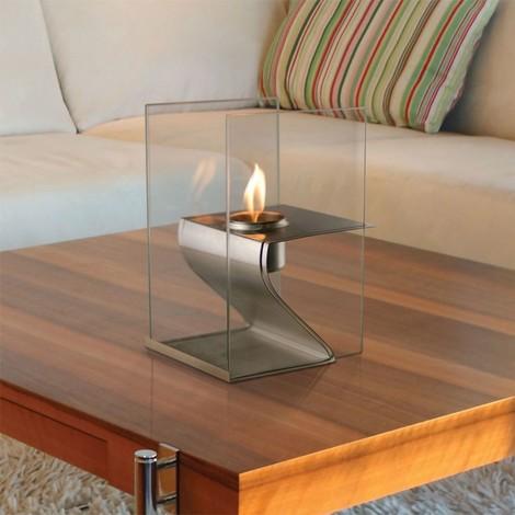 Hera de Purline , une cheminée de table en inox brossée, et pare feu en verre trempé thermorésistant.