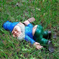 Funny Garden Drunk Gnome Decor, Creative Drunk Dwarf Decoration, Mini Resin Drunk Dwarf Figurines for Outdoor Indoor Ornament