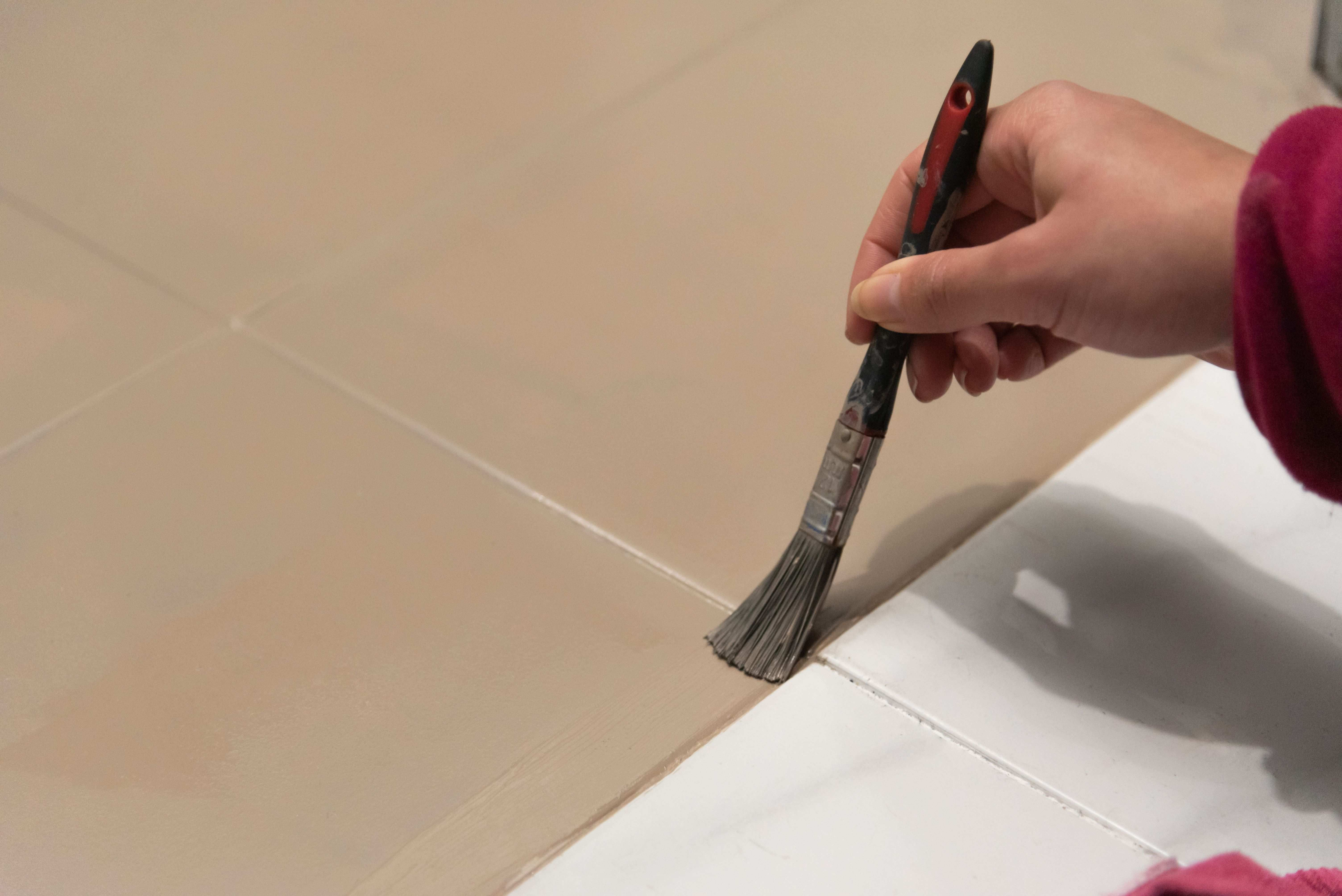 Come pitturare le piastrelle del pavimento del bagno