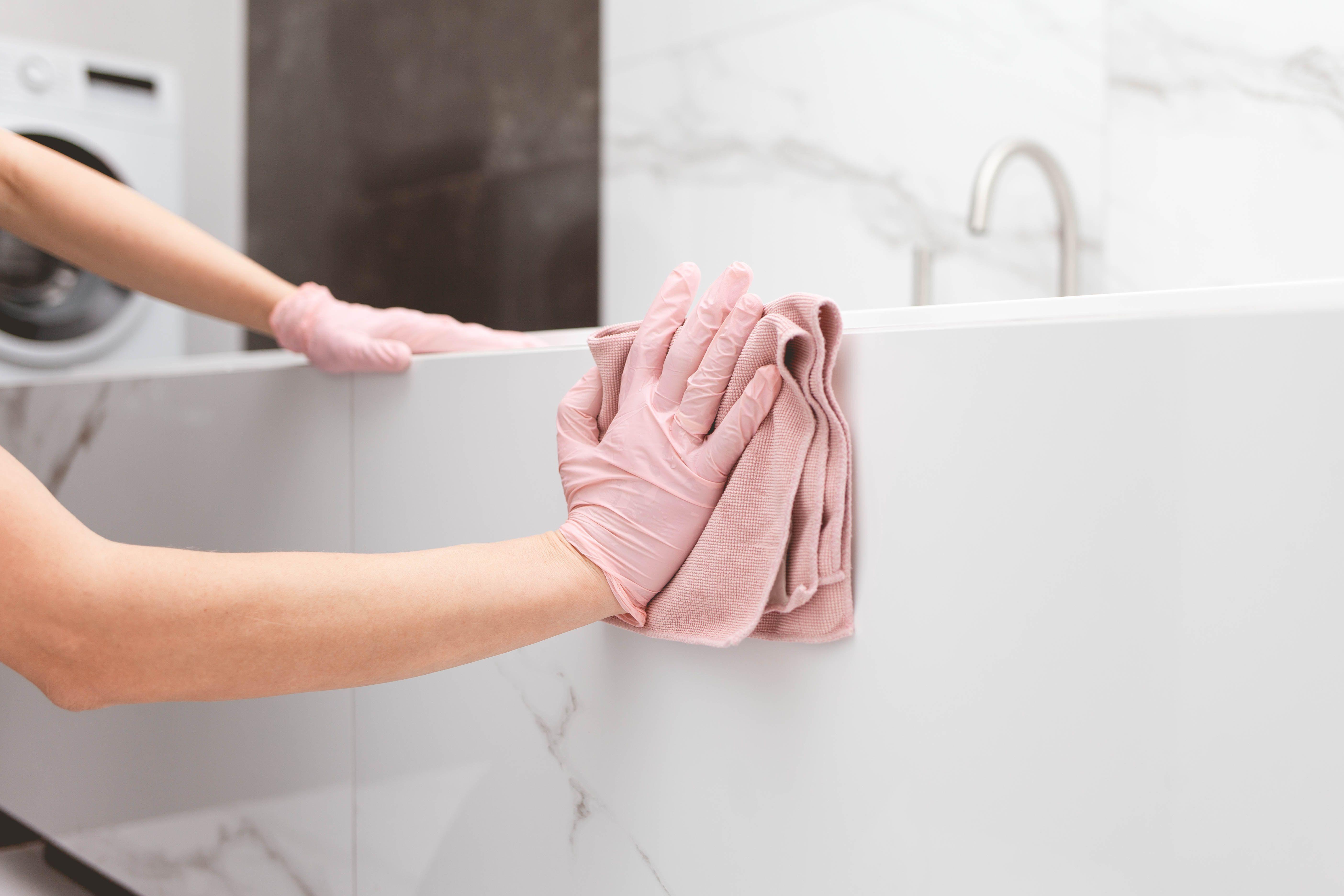 Come pulire i rivestimenti del bagno in ceramica e in marmo