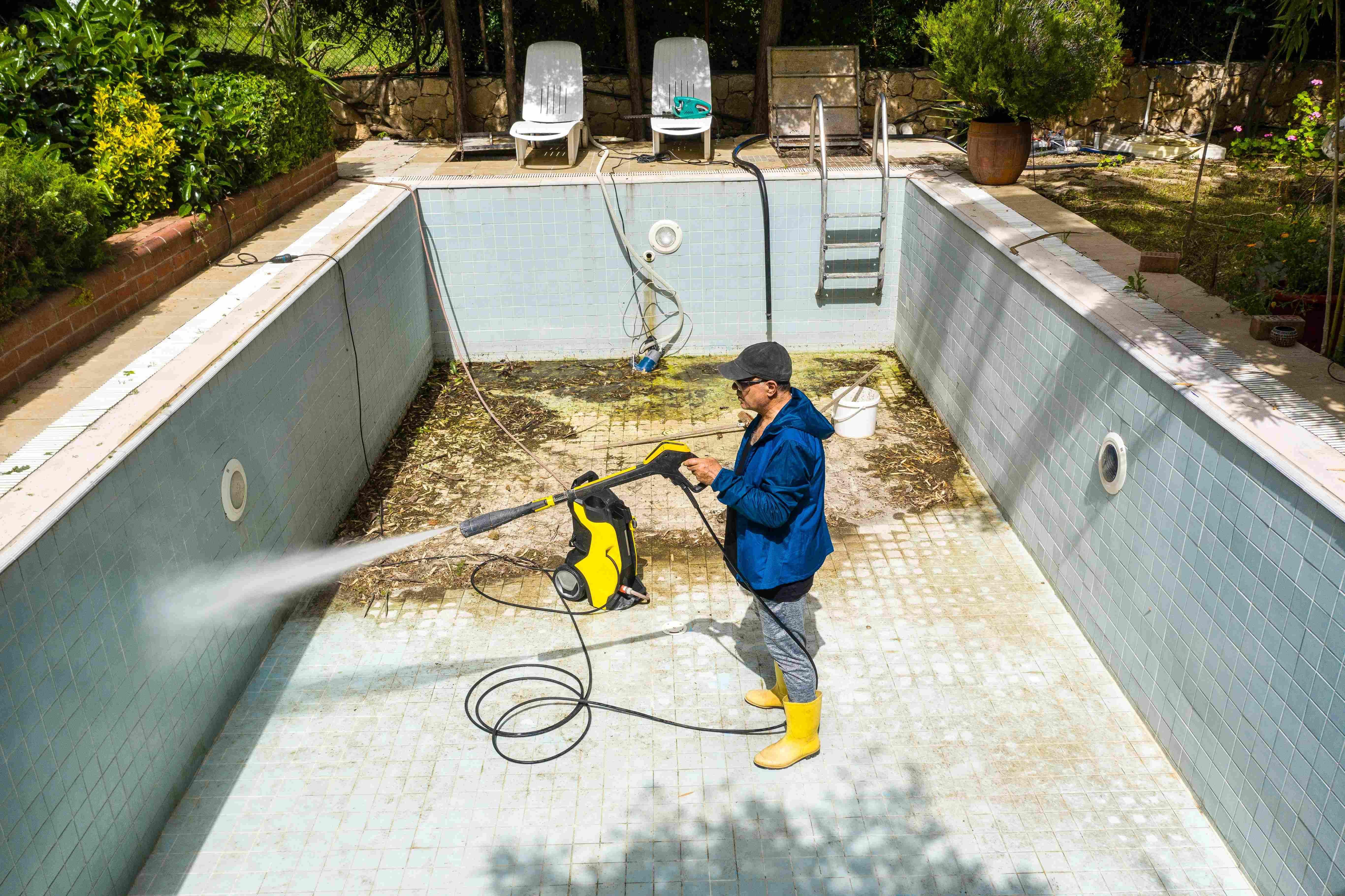 Nettoyer une piscine  avec un nettoyeur haute pression