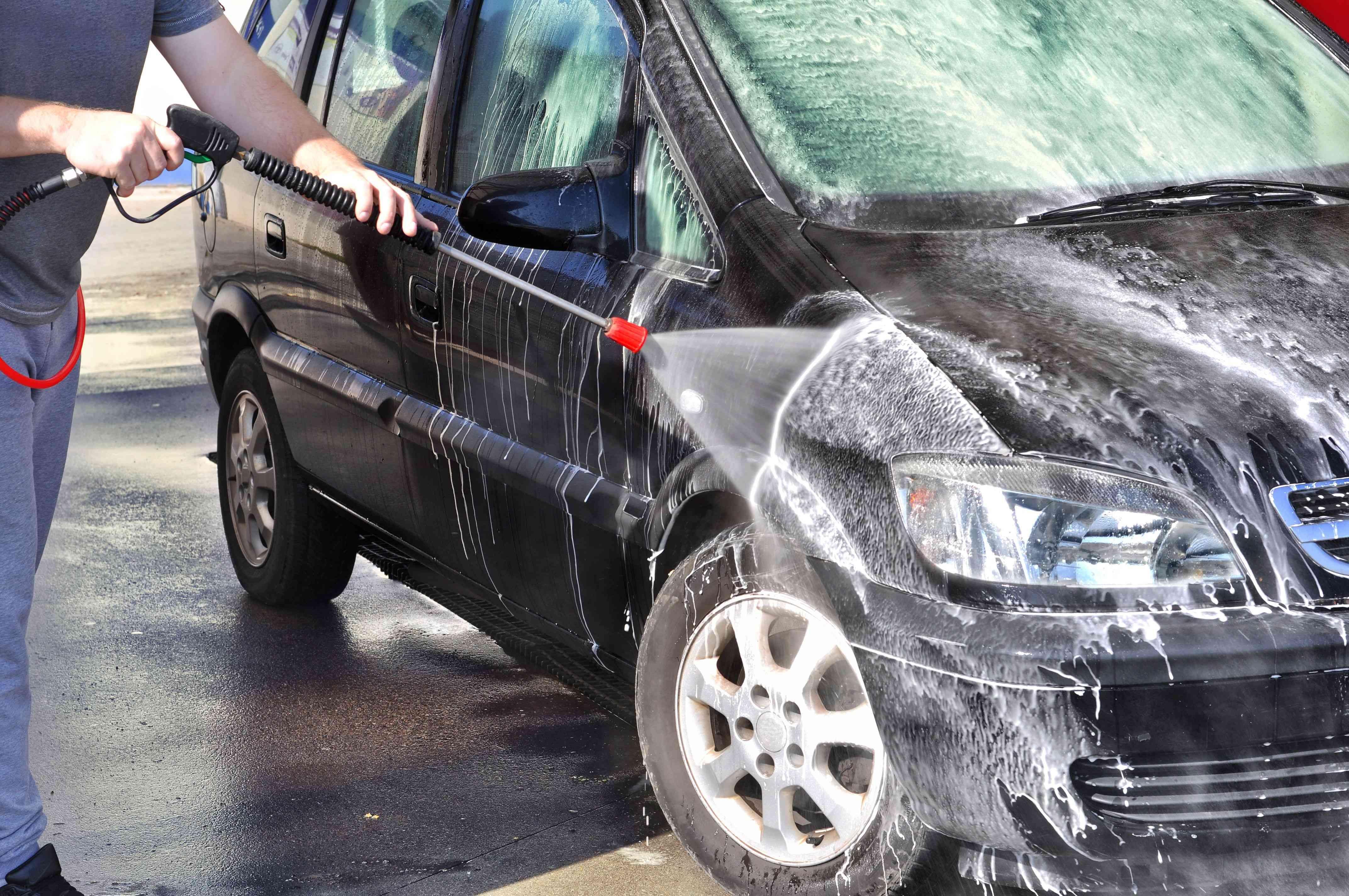 Nettoyer une voiture  avec un nettoyeur haute pression
