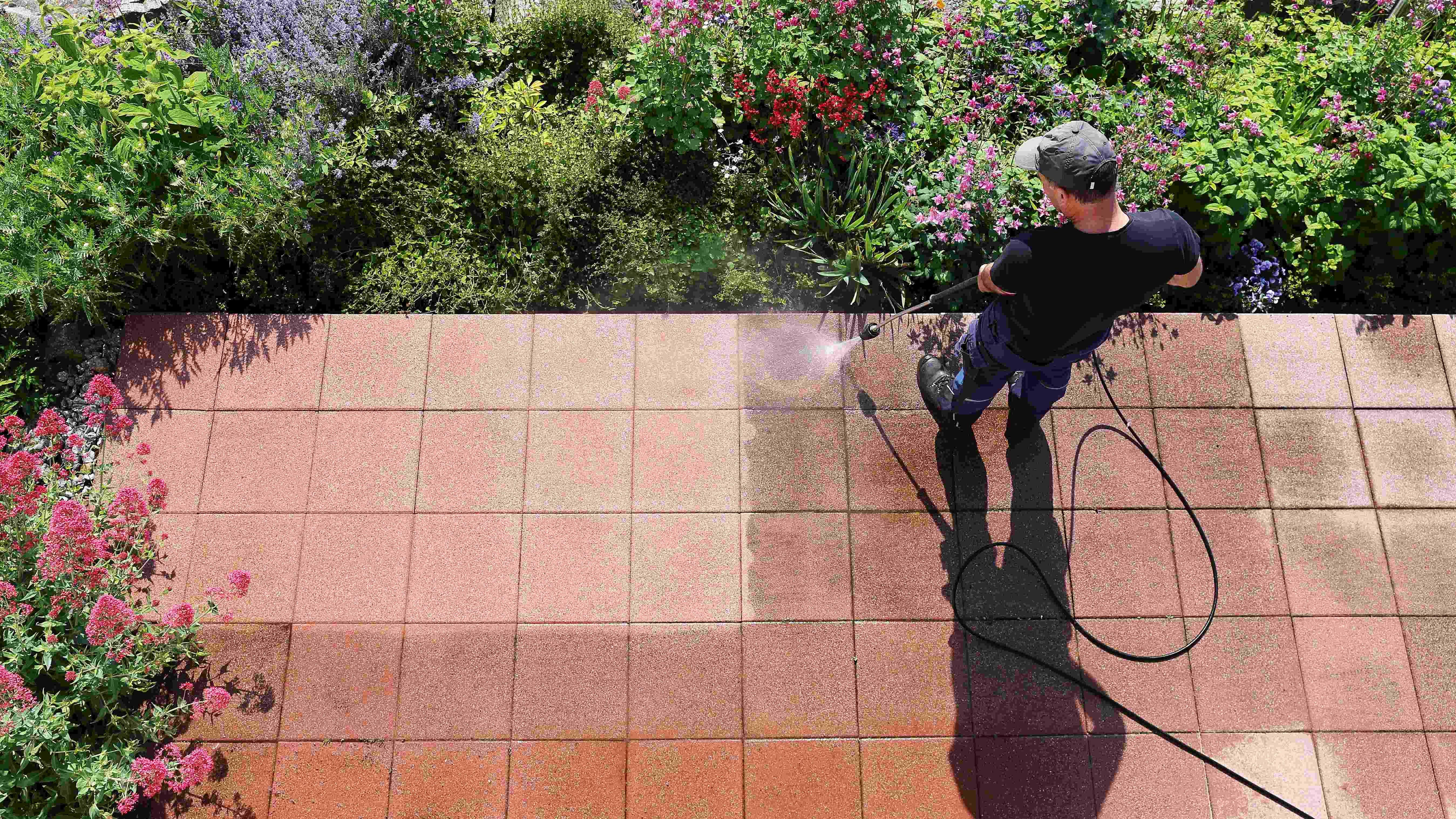 Nettoyer une terrasse avec un nettoyeur haute pression