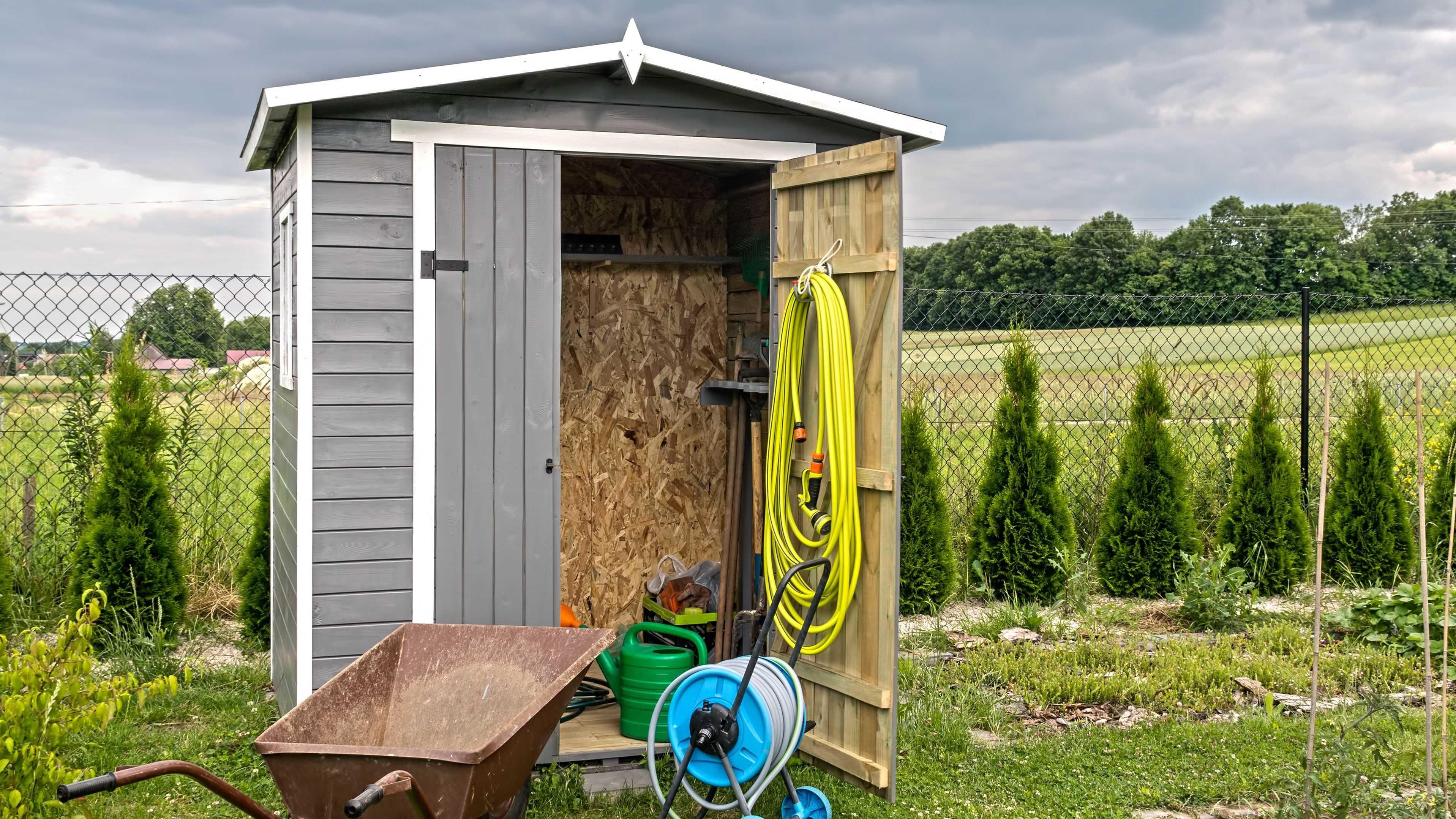 Cómo reparar una caseta de jardín