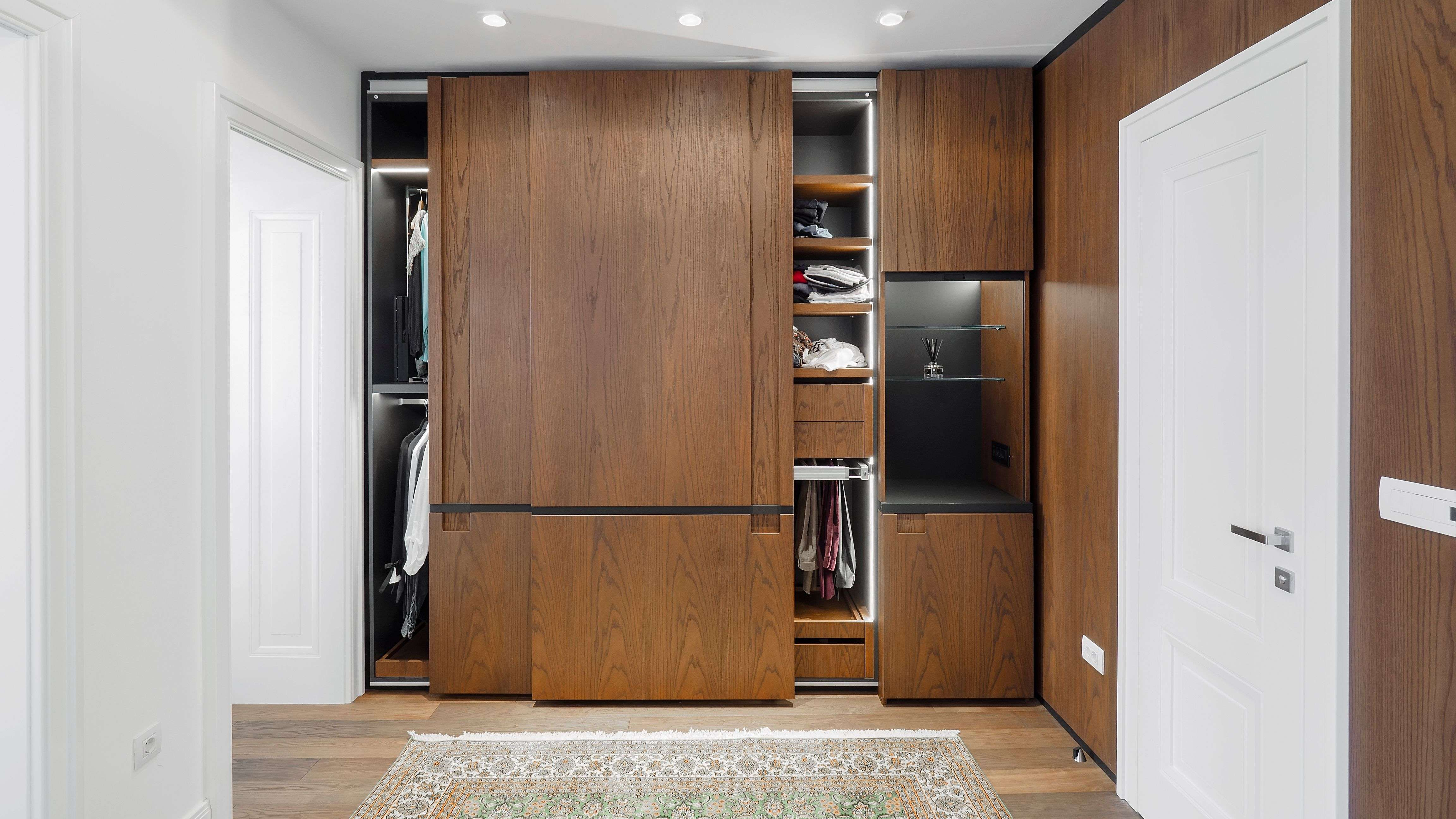 Come scegliere le ante dell'armadio e gli accessori
