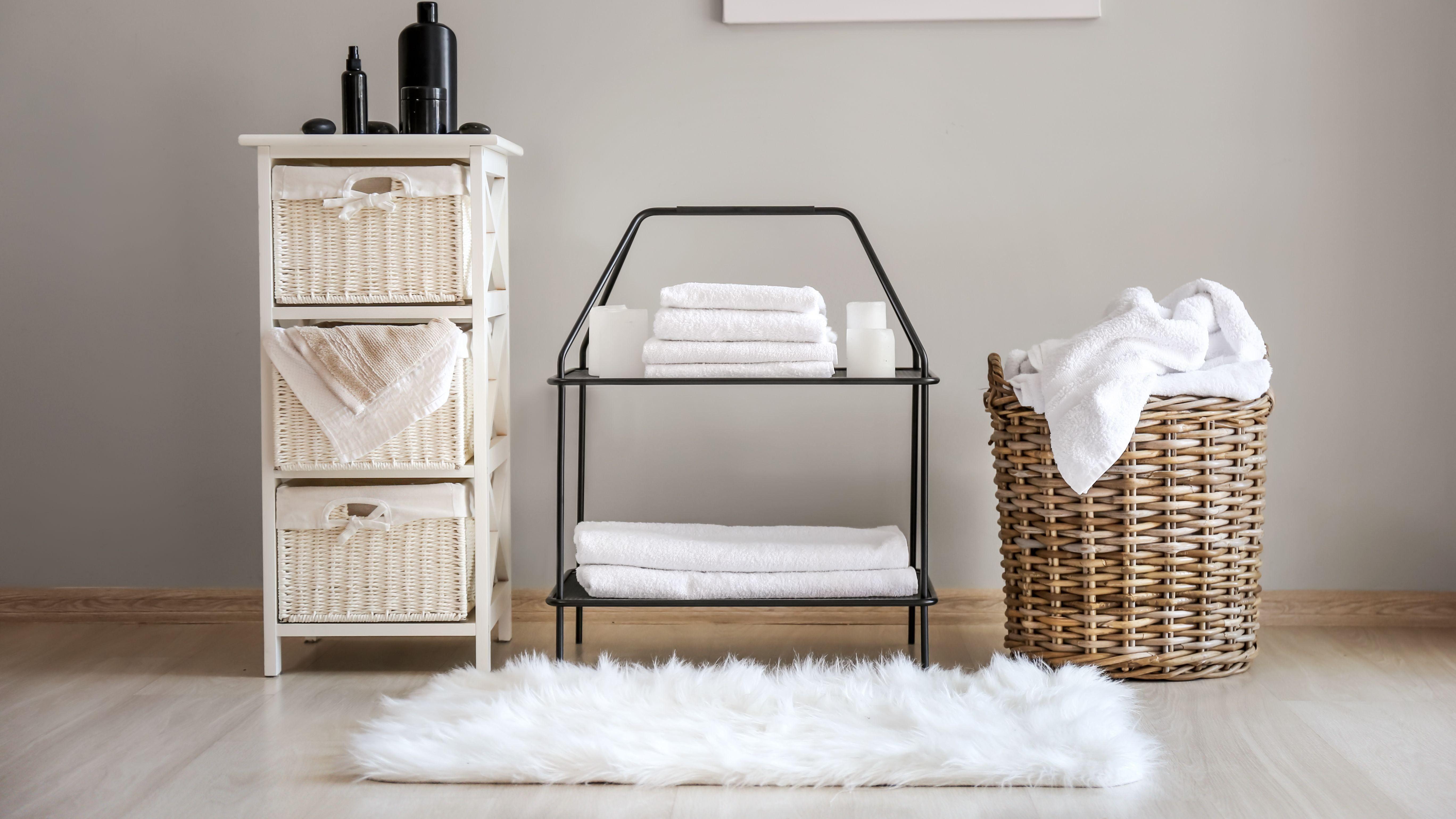 Ripiani e contenitori per la doccia del bagno:  come scegliere