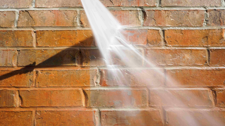 Pulire una facciata con un'idropulitrice ad alta pressione