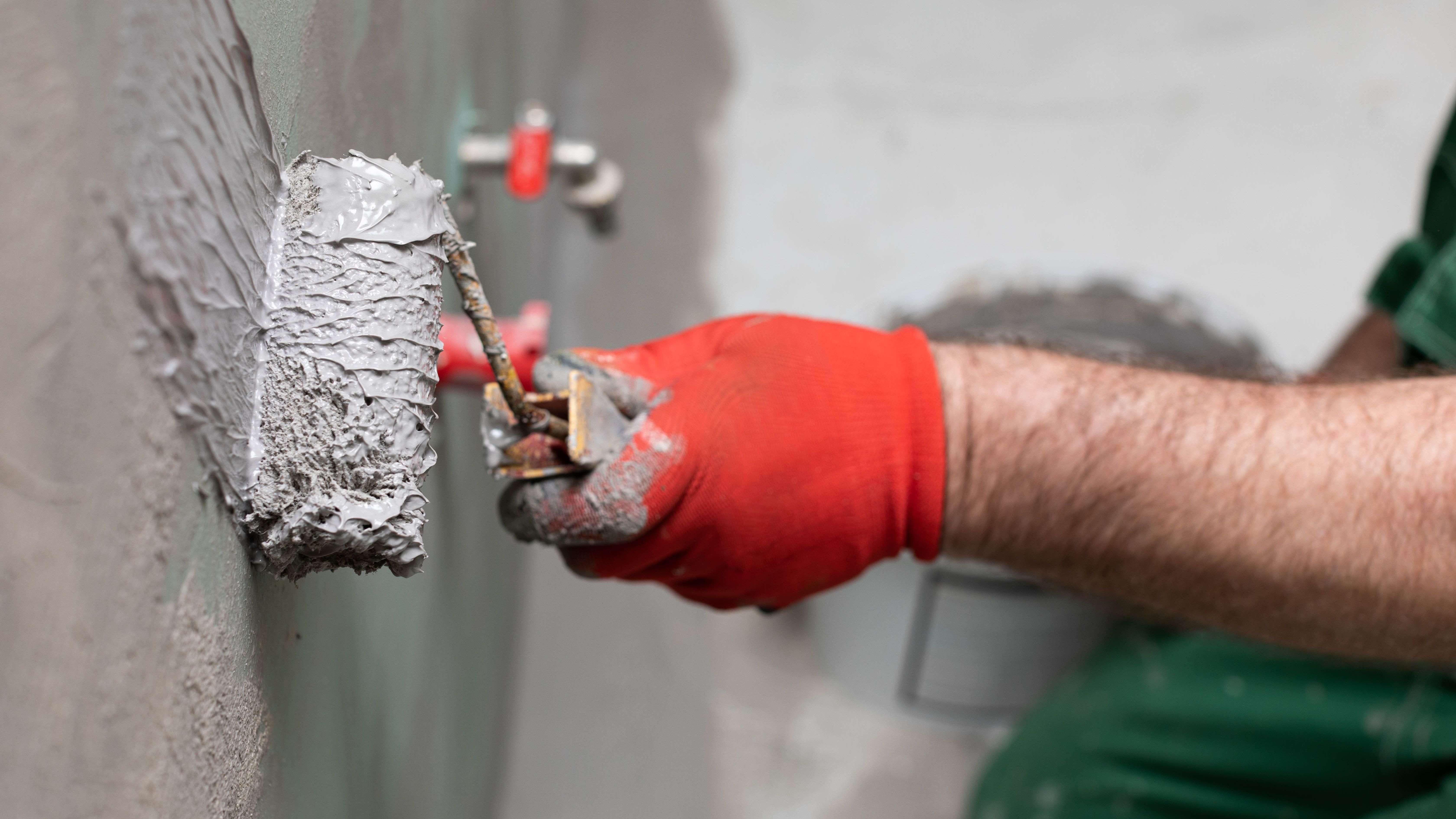 Comment préparer les murs pour la pose d'un carrelage avec projection d'eau