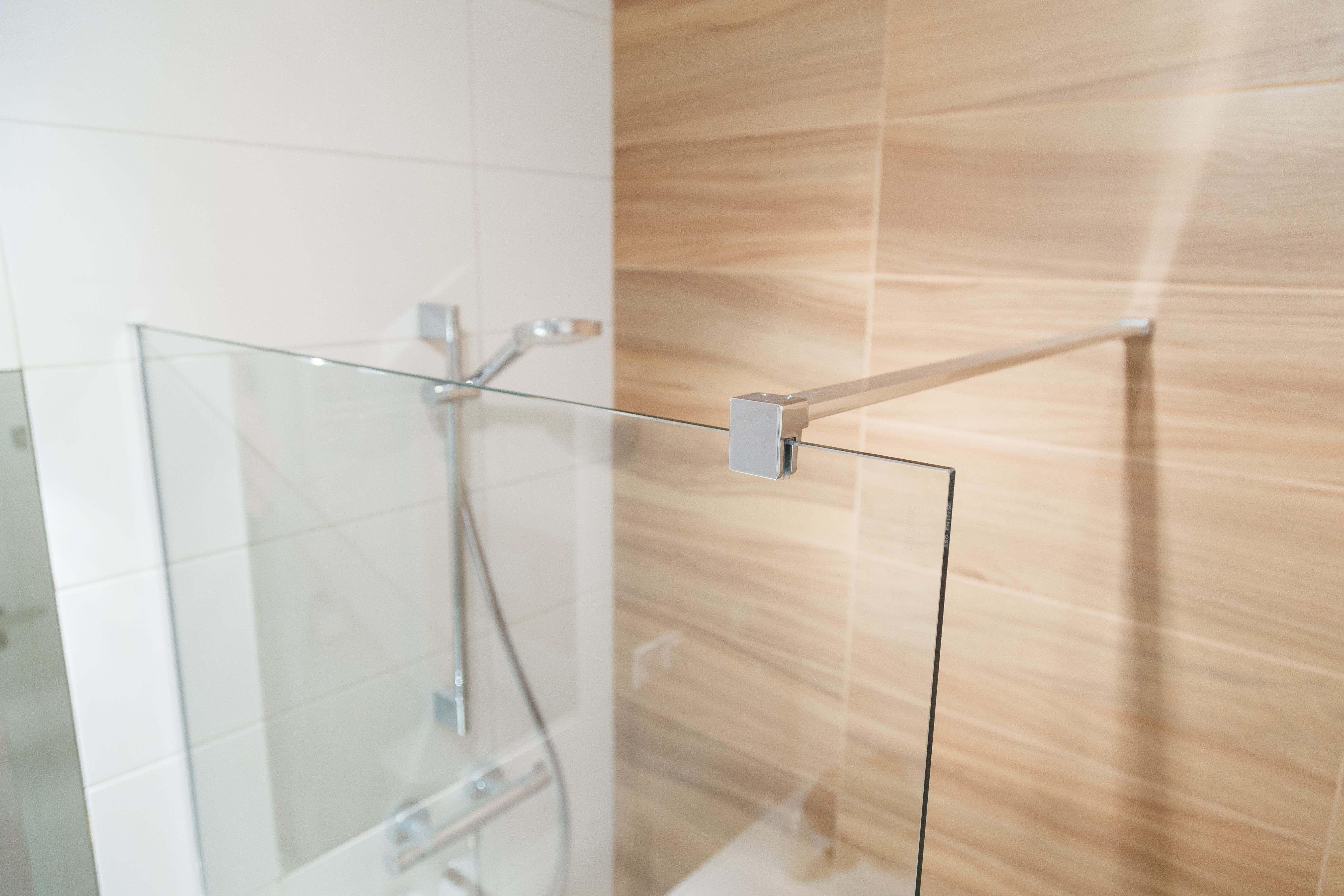 Cómo elegir  las fijaciones para puertas y mamparas de ducha
