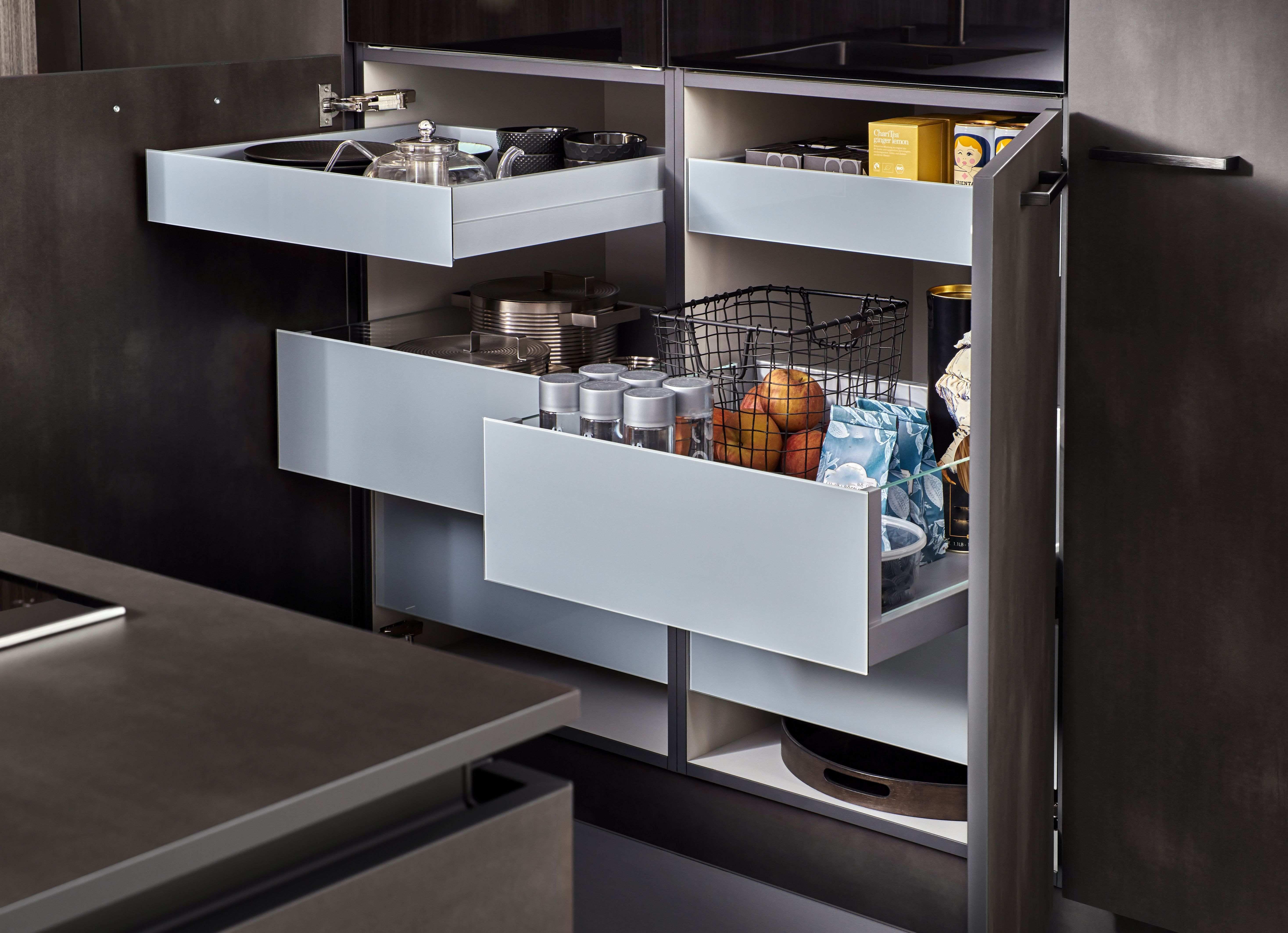 Come organizzare l'interno di un mobile della cucina