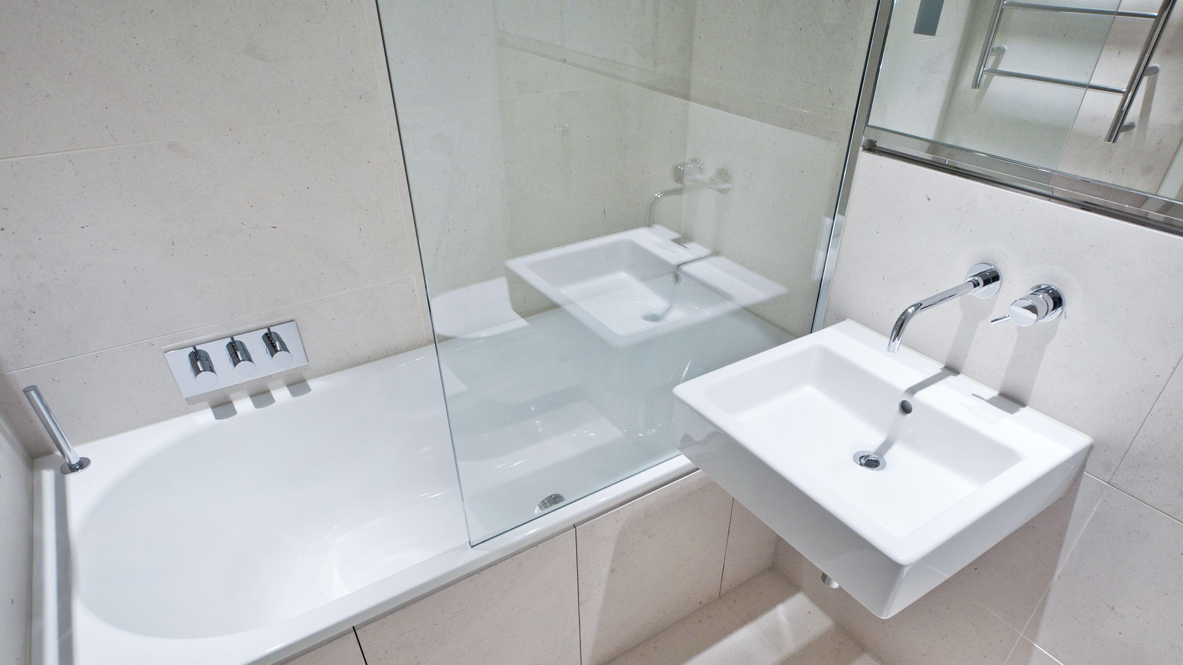 Comment installer un pare-baignoire