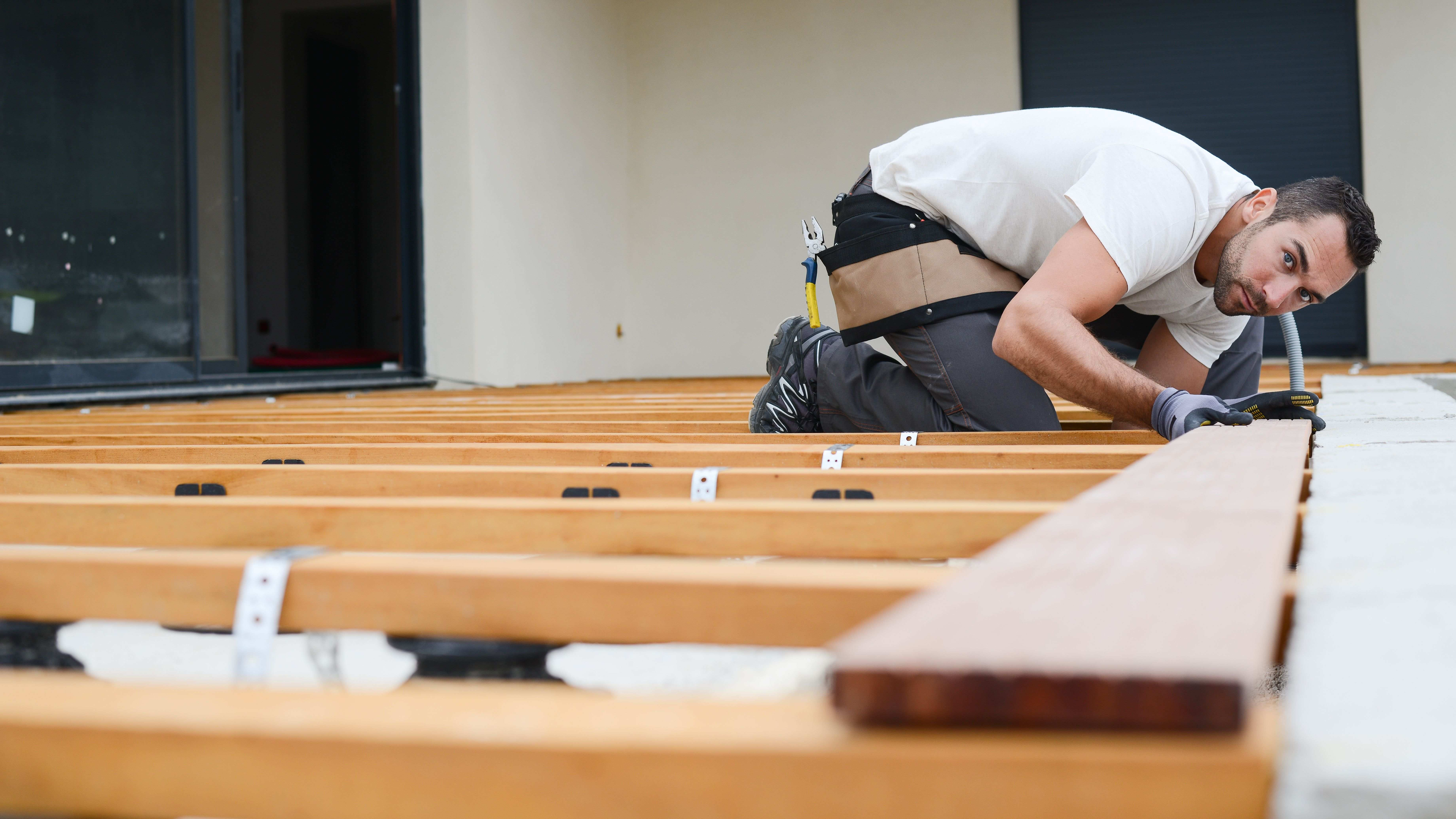 Comment poser des lames de terrasse bois sur lambourdes