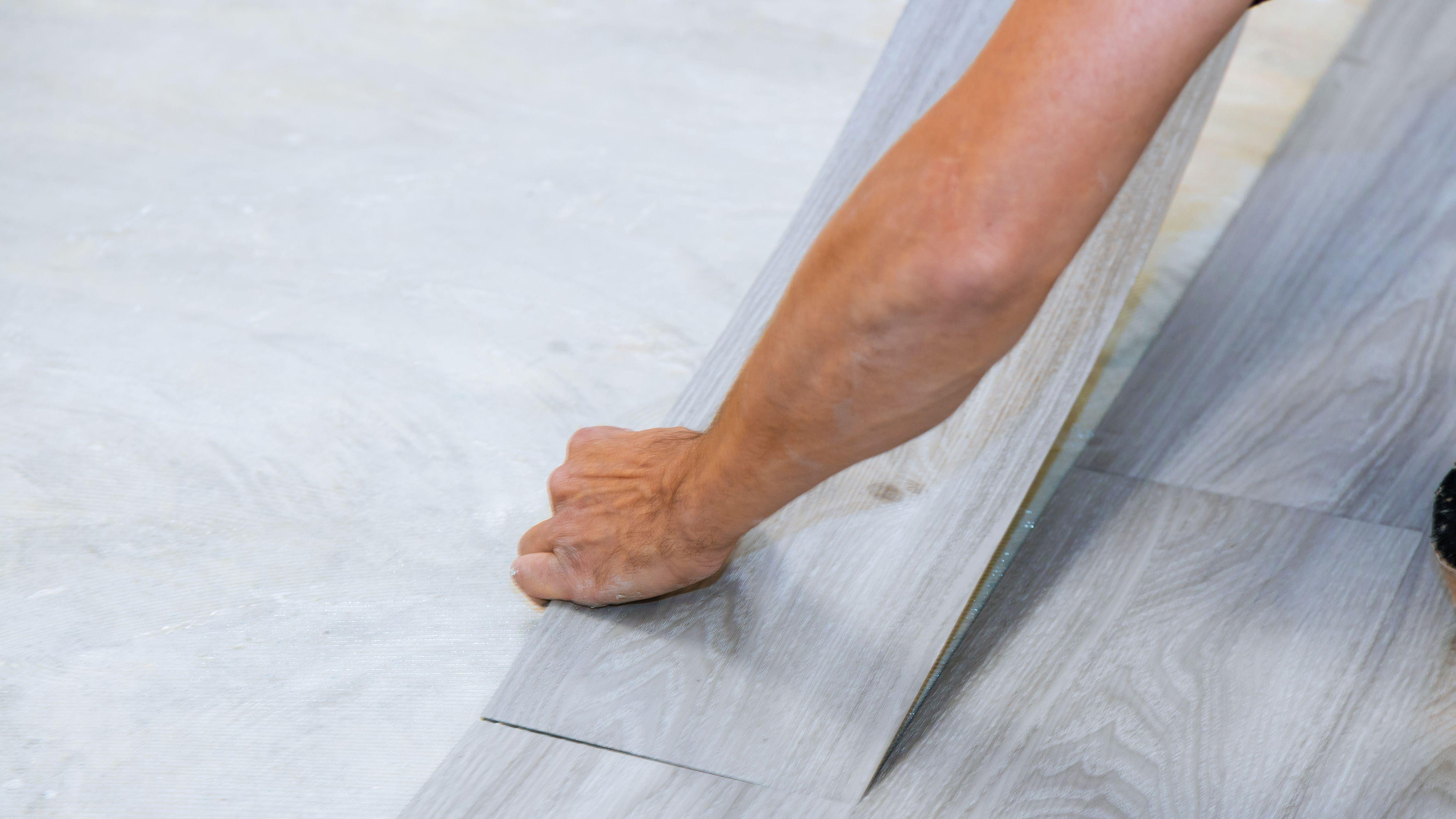 Comment poser des lames et des dalles de PVC adhésives