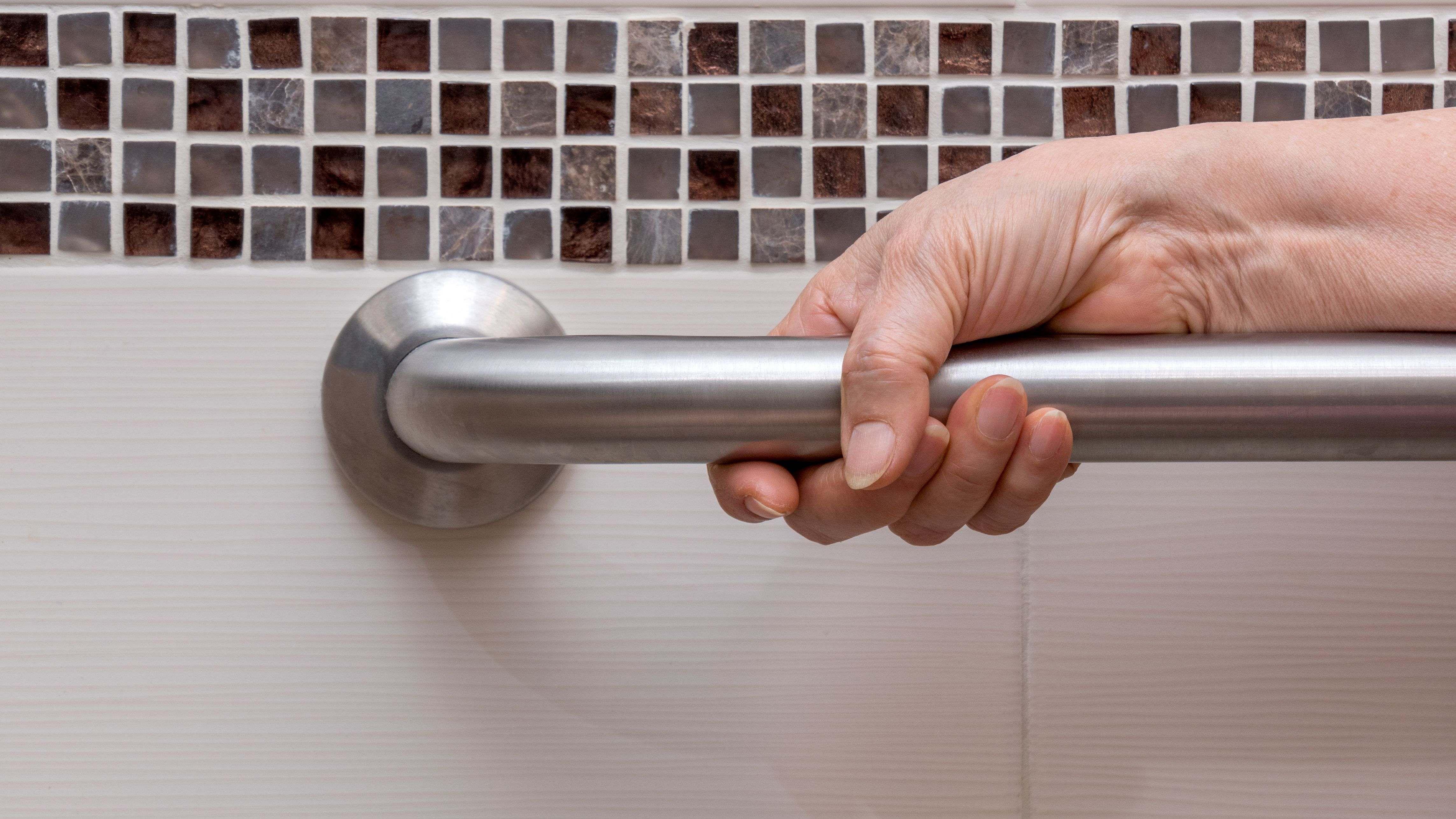Come scegliere il tappetino antiscivolo per il bagno, il sedile per la doccia e la barra per la vasca