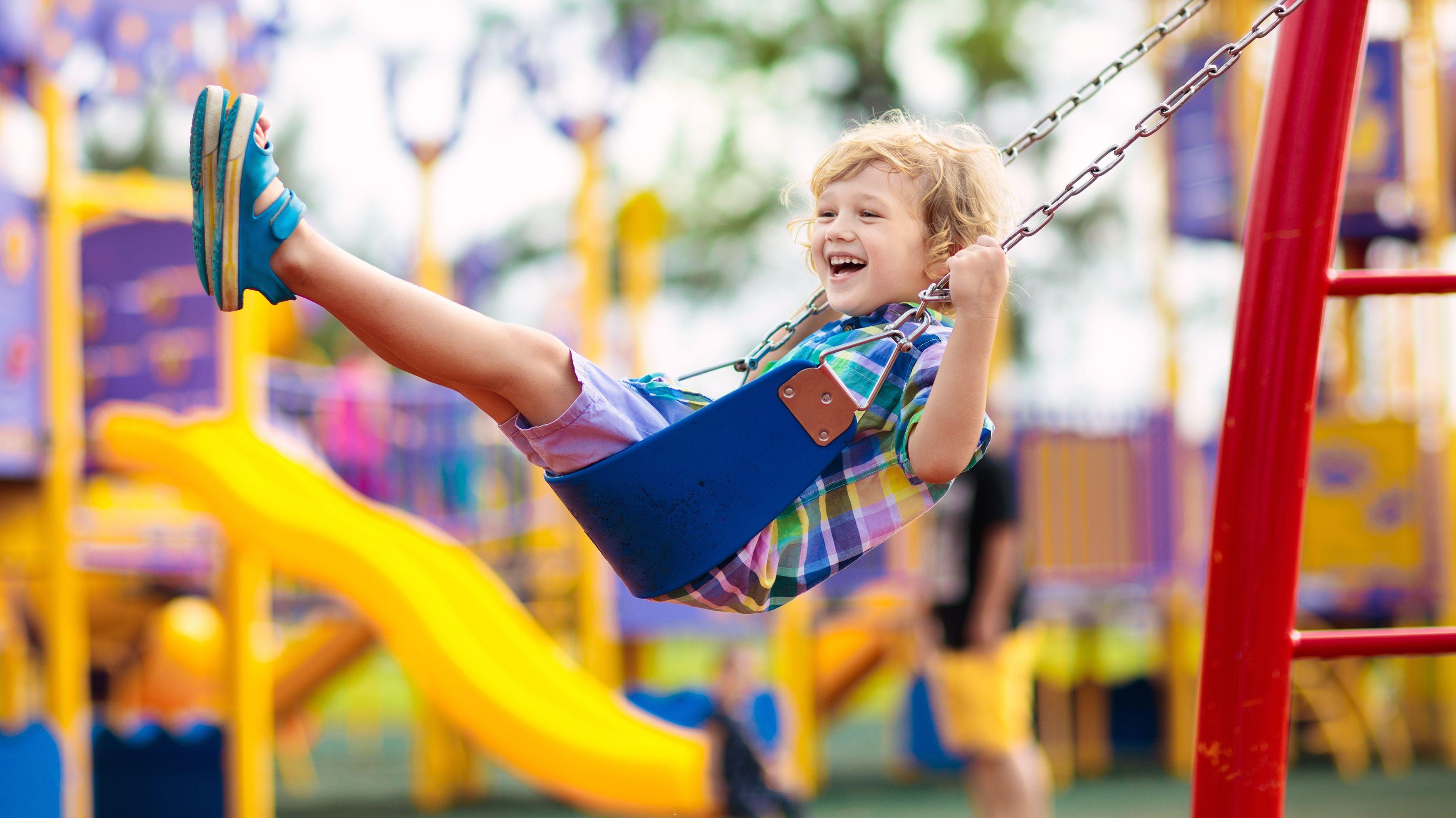 Trampolino elastico, scivolo, altalena: i migliori giochi all'aperto per bambini
