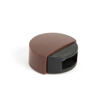 Retenedor de puerta con imán adhesivo marca REI, de estilo moderno, fabricado en marrón y con acabado plástico.