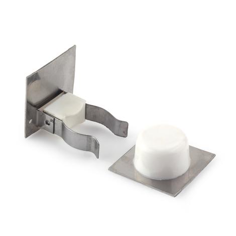 Retenedor de puerta con sujeción adhesivo marca REI, fabricado en plástico, con acabado blanco y diseño clásico