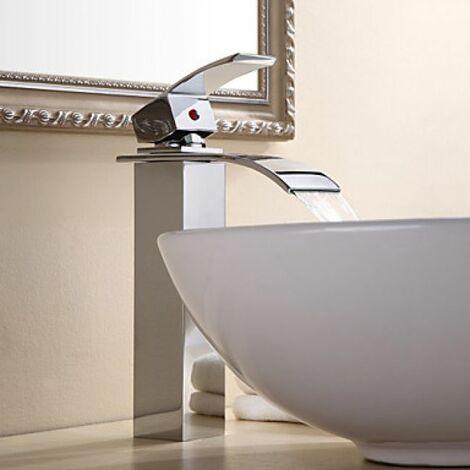 Robinet d'évier robuste avec jet en cascade, un robinet de finition chromée et de style contemporain