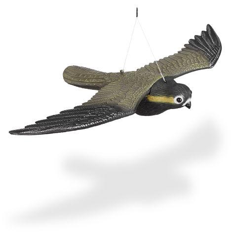 Vogelschreck Falke, fliegender Greifvogel als Vogelscheuche, Raubvogel Attrappe, Vogel lebensgroß, mehrfarbig